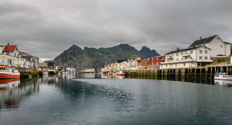 Henningsvaer, visserijdorp in de Lofoten-archipel, Noorwegen royalty-vrije stock foto's