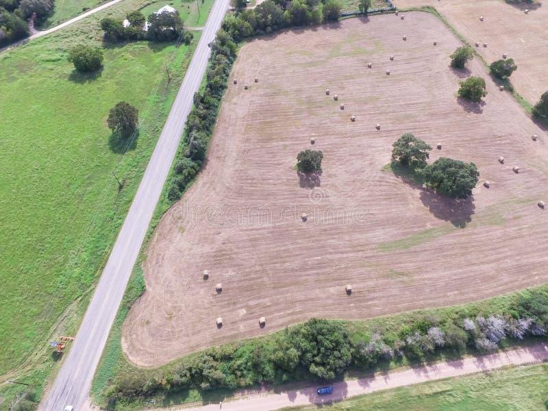 Heno de la bala del campo de la pradera de las tierras de labrantío de Tejas de la visión aérea el día soleado fotografía de archivo libre de regalías