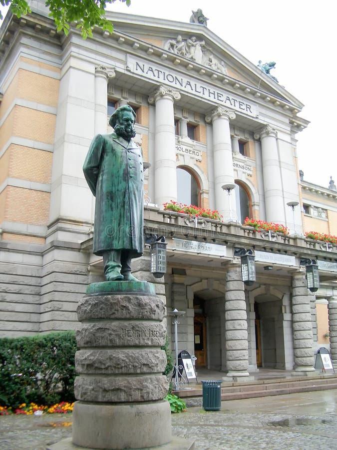 Henrik Ibsen Monument framme av den nationella teatern, Oslo (20 royaltyfri fotografi