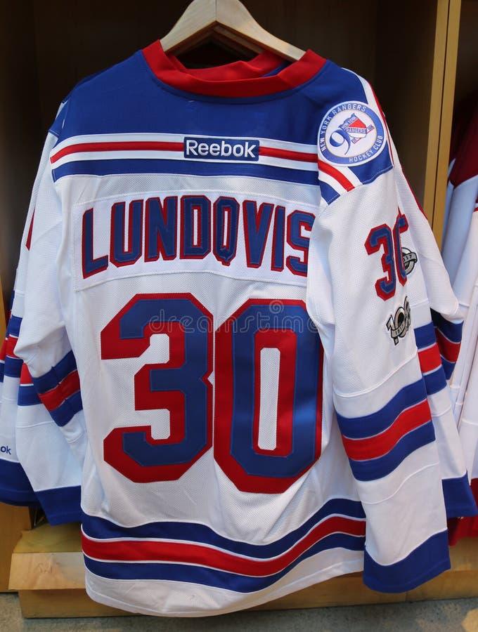 Henrik Lundqvist New York Rangers Reebok Jersey op vertoning bij NHL-opslag royalty-vrije stock foto's