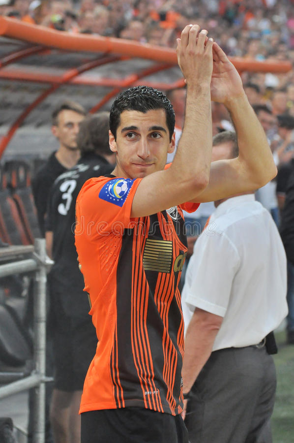 Henrik Mkhitaryan applaude i fan fotografie stock