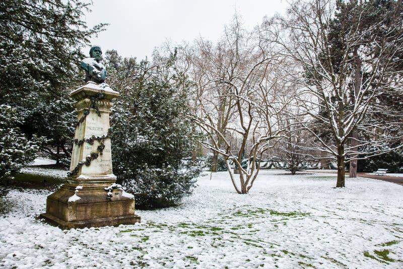 Henry Murger-standbeeld bij de het Paleistuin van Luxemburg in een bevriezende dag van de de winterdag vlak vóór de lente royalty-vrije stock foto's