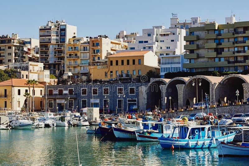 Heraklion, Creta, Grecia, el 5 de septiembre de 2017: Vista del puerto veneciano viejo, de la arquitectura tradicional y de los b imágenes de archivo libres de regalías