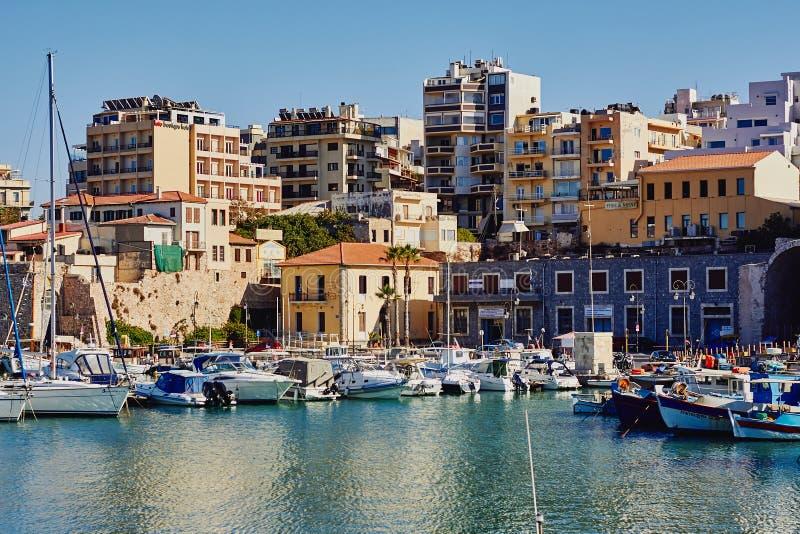 Heraklion, Creta, Grecia, el 5 de septiembre de 2017: Vista del puerto veneciano viejo, de la arquitectura tradicional y de los b fotos de archivo