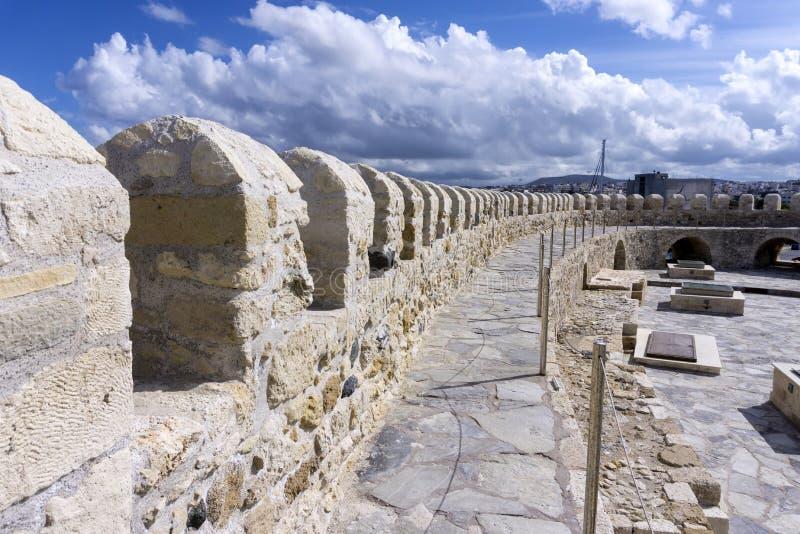 Heraklion, Creta/Grecia Opinión del tejado de la fortaleza Koules en un día soleado con el cielo nublado fotografía de archivo