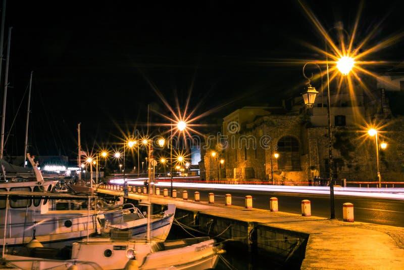 Heraklion för lång för exponeringsfotobil för ljus väg för svansar kust- gammal hamn arkivbild