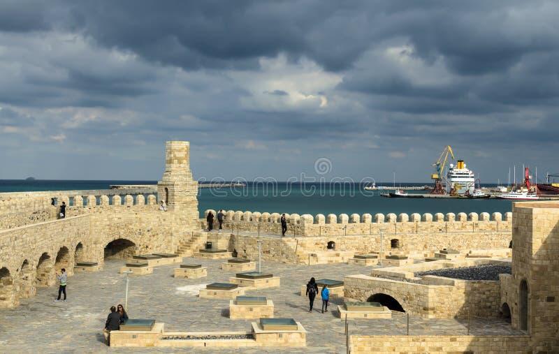 HERAKLION, GRÉCIA - em novembro de 2017: Fortaleza Venetian velha Koule em Heraklion no grupo do sol, Creta imagem de stock royalty free