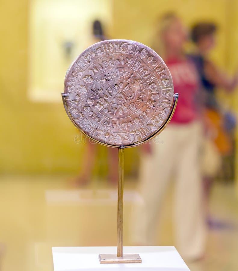 HERAKLION, GRECIA - 3 DE AGOSTO DE 2012: Turistas que exploran el exhib foto de archivo libre de regalías