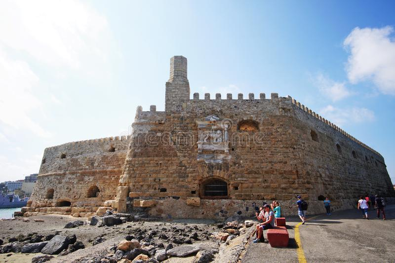 Heraklion, Grecja, 25 2018 Wrzesień, turyści relaksuje przy portem z Weneckim fortecą jako tło obraz royalty free