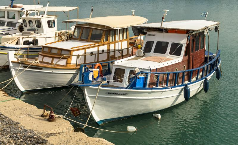 HERAKLION GREKLAND - November, 2017: färgrika fiskebåtar i den gamla Venetian fästningen, Heraklion port, Kreta arkivfoto