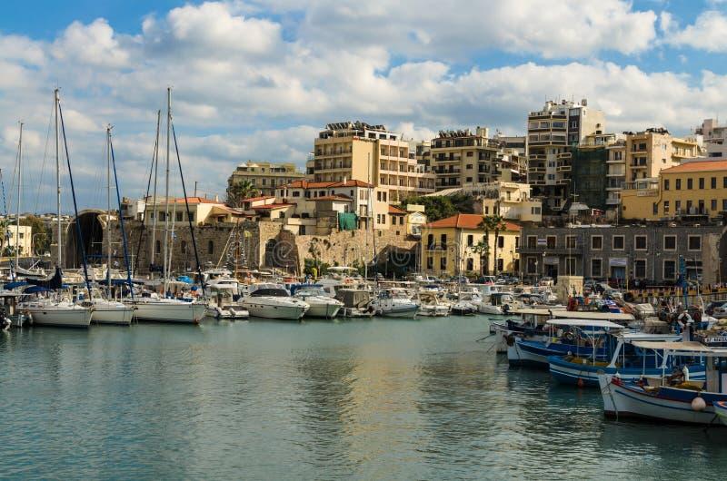 HERAKLION GREKLAND - November, 2017: färgrika fiskebåtar och yachter i den gamla Venetian fästningen, Heraklion port, Kreta royaltyfri fotografi