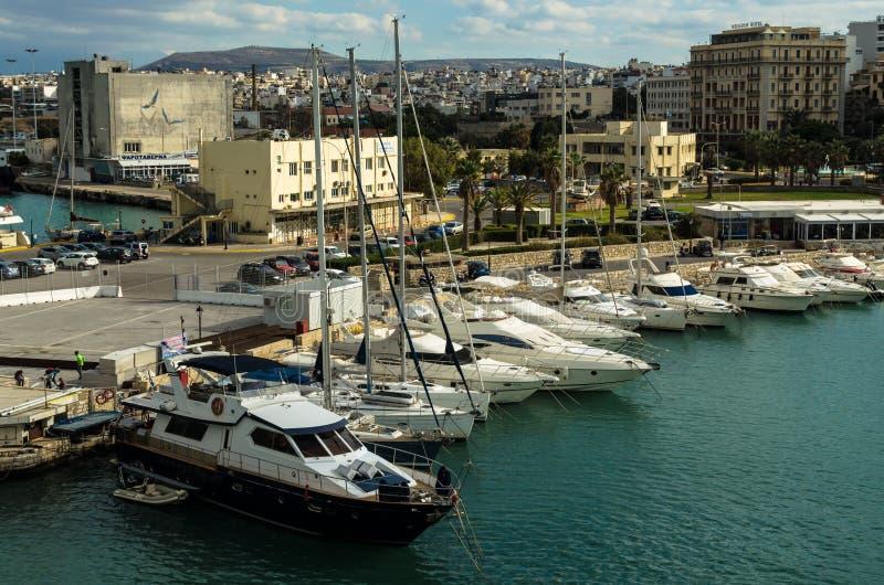 HERAKLION GREKLAND - November, 2017: färgrika fiskebåtar och yachter i den gamla Venetian fästningen, Heraklion port, Kreta royaltyfri bild