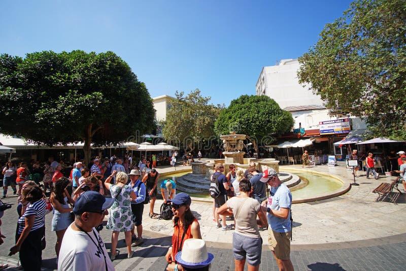 Heraklion Grekland, September 25 2018, turister på den Morosini springbrunnen som lokaliseras i mitten av Iraklio royaltyfri foto