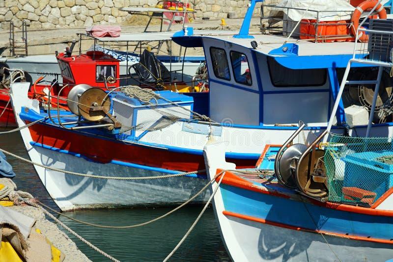 Heraklion, Griekenland, 25 September 2018, vissersboten in de Golf van Heraklio royalty-vrije stock fotografie
