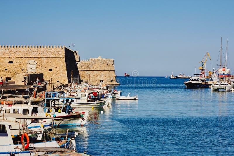 Heraklion, Kreta, Griekenland, 5 September, 2017: Mening van de oude Venetiaanse haven en de vesting Koules stock foto