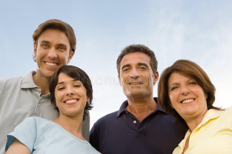 Herangewachsene Familie draußen stockfotos