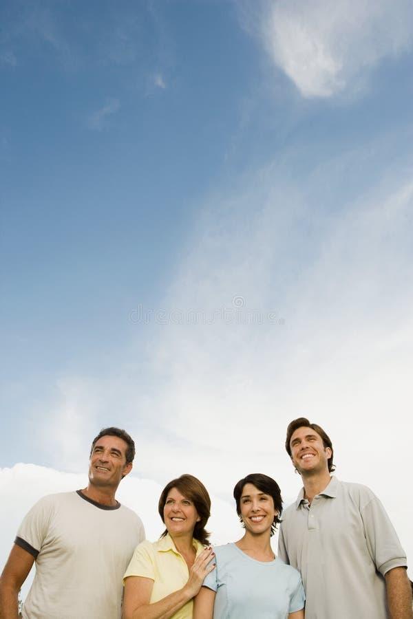 Herangewachsene Familie draußen stockbilder
