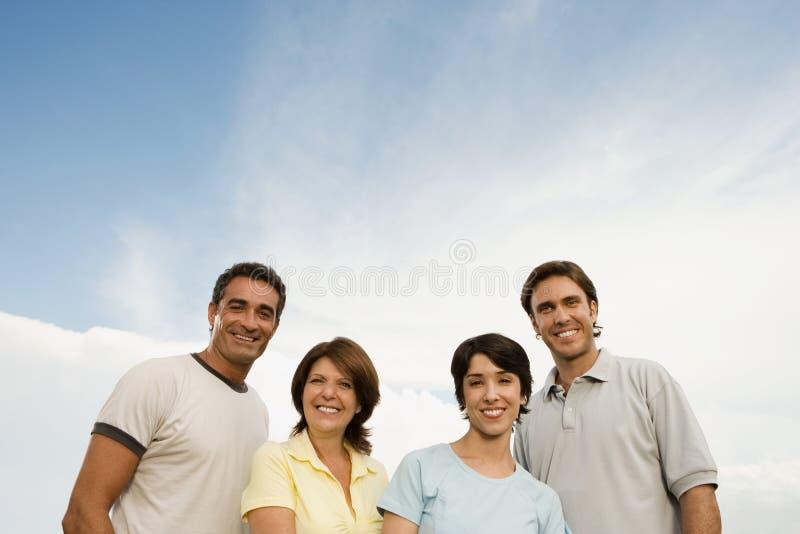 Herangewachsene Familie draußen stockfotografie