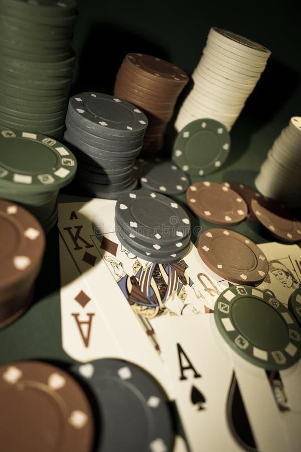 Herauf nahe Fotografie von Spielkarten und Stapel Pokerchips stockbild