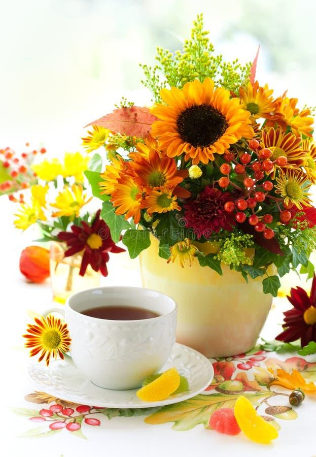 Herauf von Tee und herbstliche Blumen lizenzfreie stockfotografie
