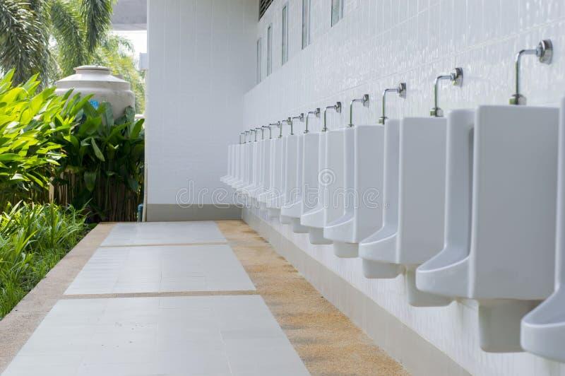 Heraus die öffentliche Toilette der Tür Toiletten-Männer lizenzfreies stockfoto