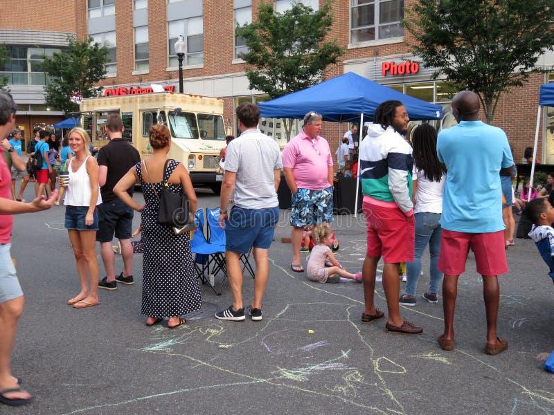 Heraus hängen am Straßenfest stockbild