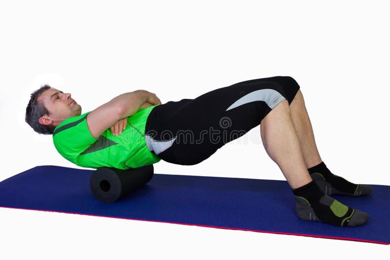 Heraus rollen mit einer pilates Rolle lizenzfreies stockbild