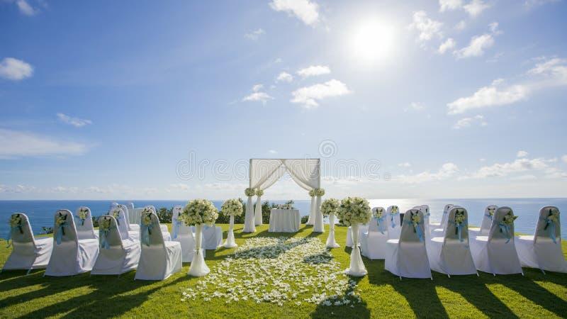 Heraus Tür-Hochzeitseinstellung lizenzfreies stockfoto