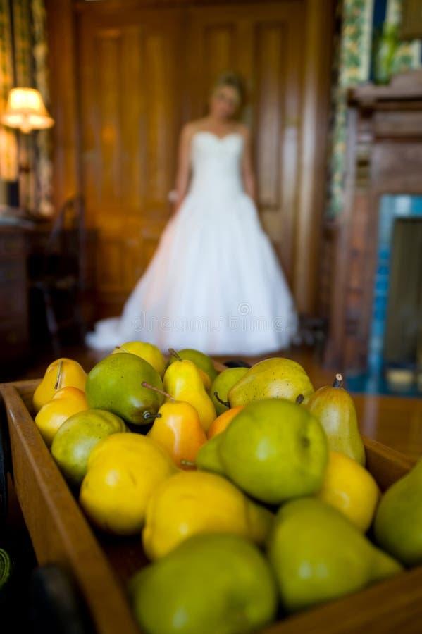 Heraus-von-Fokus Braut hinter einem Tellersegment der Birnen