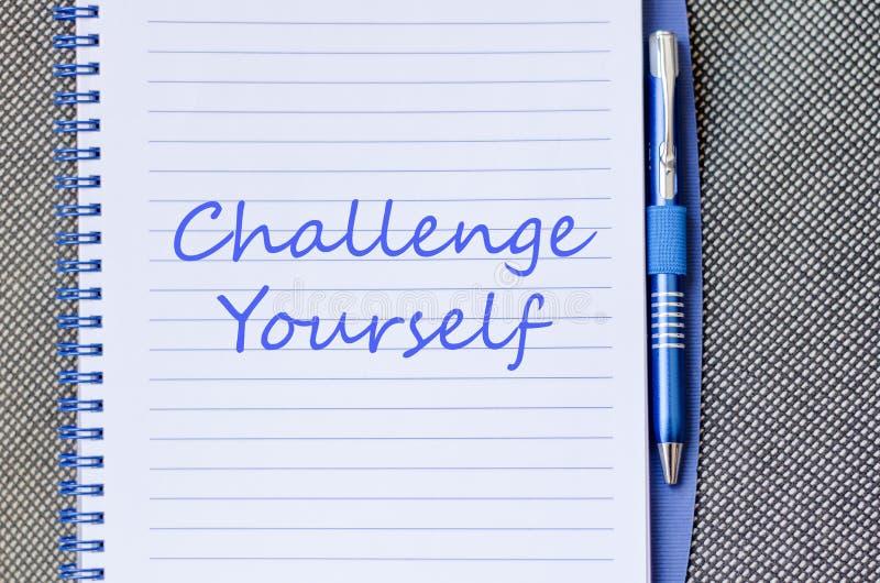 Herausforderung sich schreiben auf Notizbuch stockfotos