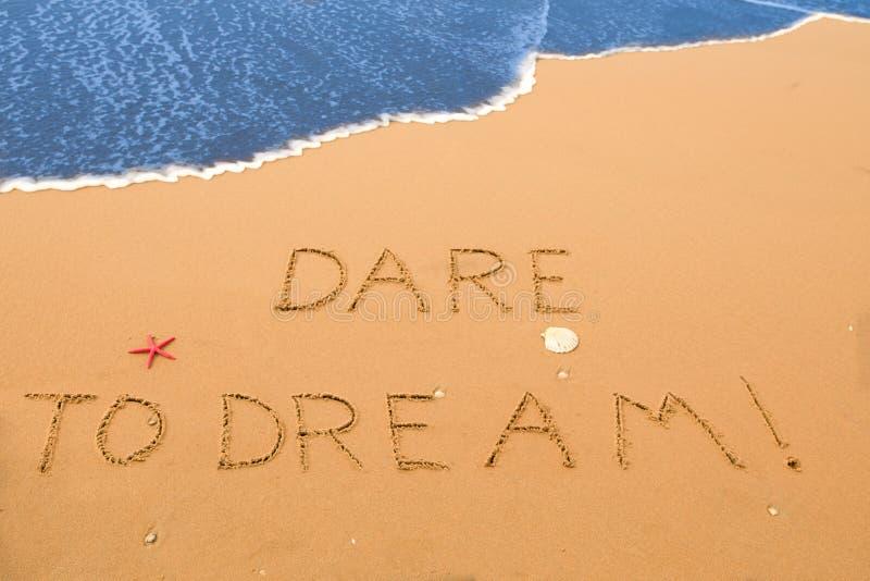 Herausforderung zum Traum geschrieben in den Sand stockfotografie