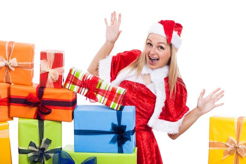 Herausgenommene Weihnachtsfrau mit Geschenken stockfotos