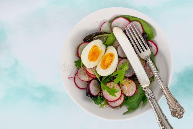 Herb Salad Mix com rabanete e ovo, vista superior, espaço da cópia Salada do Keto, alimento saudável fotografia de stock