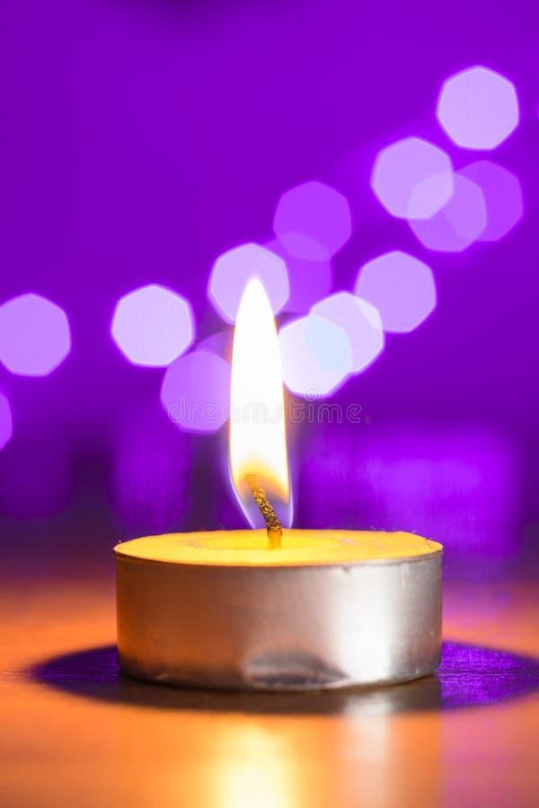Herbaciana świeczka i różowy bokeh zdjęcia royalty free