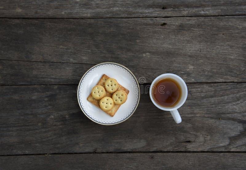 Herbaciana filiżanka i ciastka na stole obrazy stock