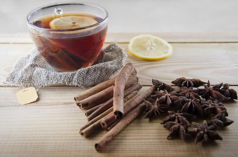 Herbaciana filiżanka z cytryną na drewnianym stole obraz royalty free