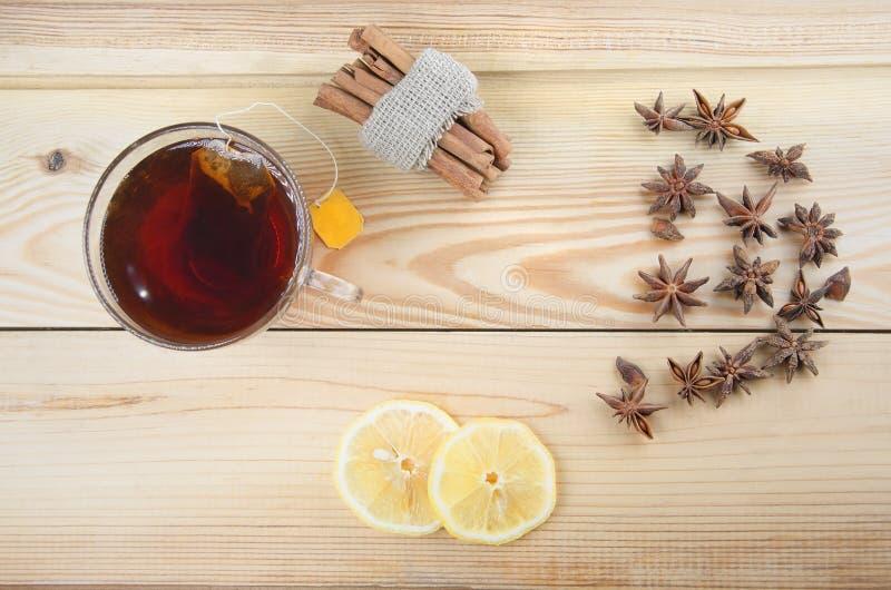 Herbaciana filiżanka z cytryną na drewnianym stole obrazy stock