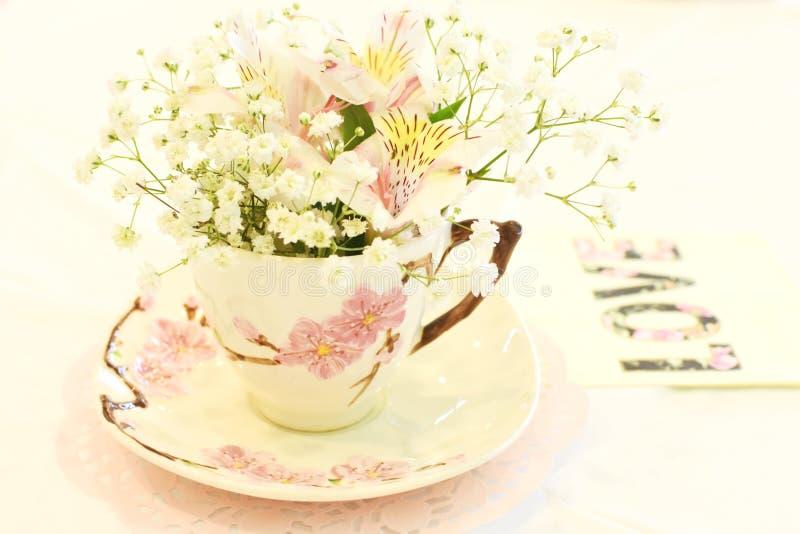 Herbaciana filiżanka z kwiatami zdjęcie royalty free