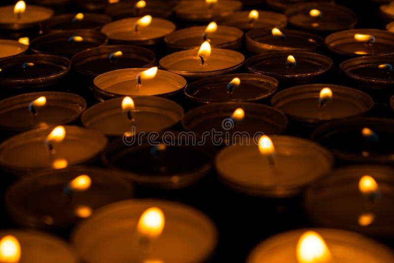 Herbaciane świeczki pali ciemnego ow kąt romans zdjęcie stock