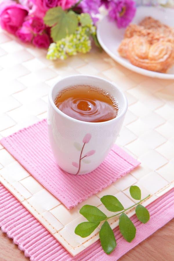 herbaciane ciastko popołudniowe piękne róże zdjęcie royalty free