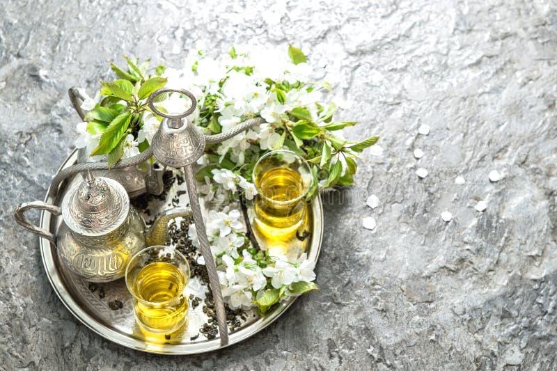Herbaciani szkła i garnek Orientała srebny tableware z dekoracjami zdjęcia royalty free
