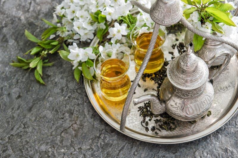 Herbaciani szkła i garnek, tradycyjni cukierki Zgłasza położenie zdjęcie royalty free