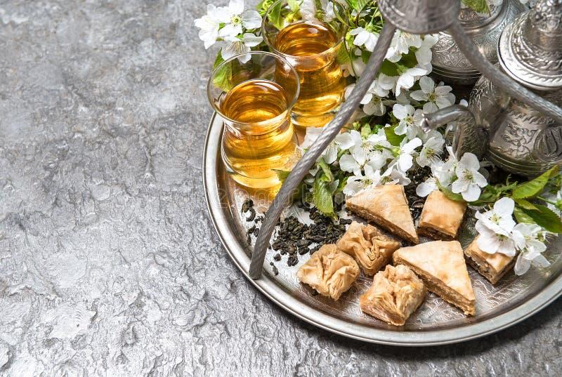 Herbaciani szkła i garnek, tradycyjny zachwyta baklava Islamski holida obraz royalty free