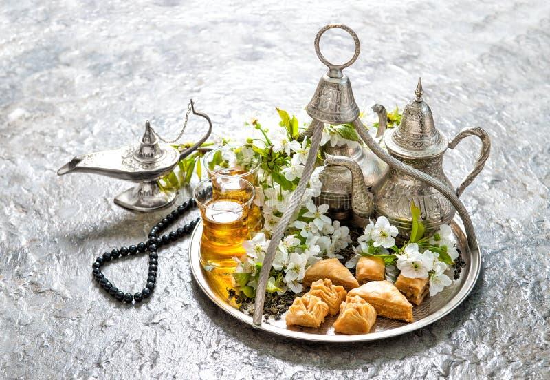 Herbaciani szkła puszkują zachwyta baklava wakacji Islamską dekorację fotografia stock