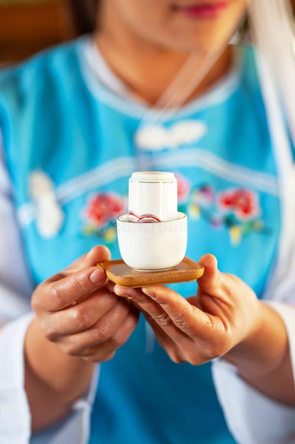 Herbaciany czas, pi?kna porcelany fili?anka herbata w yunnanese dziewczyn r?kach przy herbata sklepem, Mae Salong wioska, Chiang  obraz stock