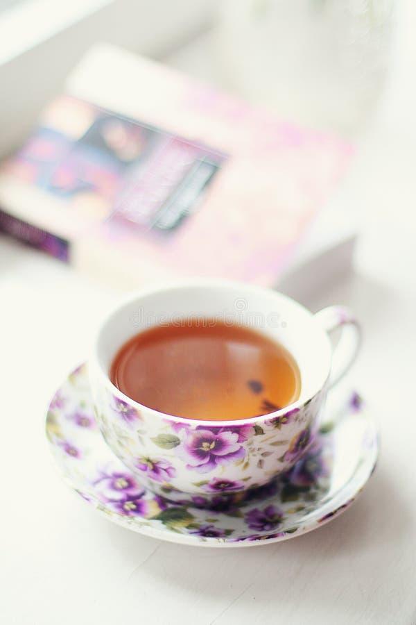 Herbaciany czas z książką zdjęcie stock