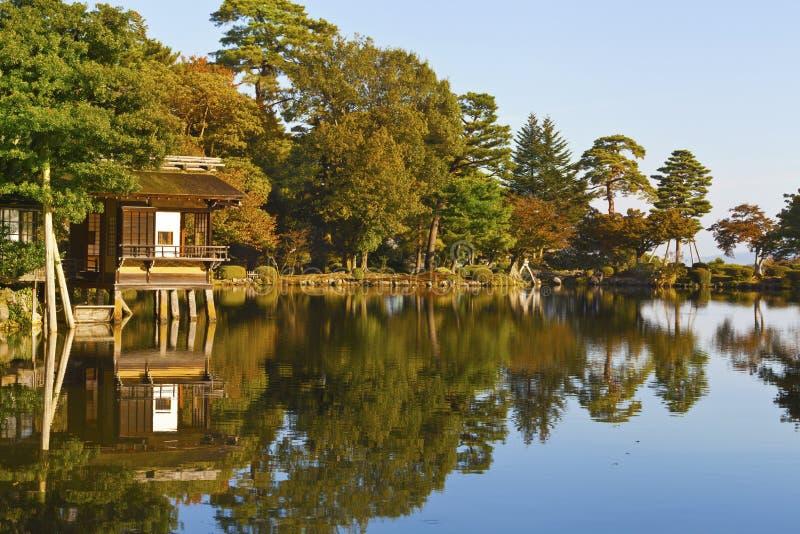 Herbaciany dom na wodnej jesieni scenerii fotografia royalty free