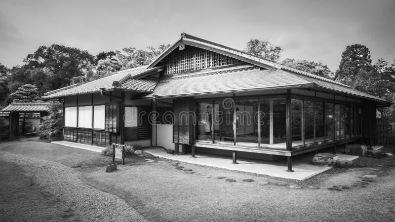 Herbaciany drzewo ogródu dom w czarny i biały przy En ogródem, Himeji, Japonia obraz royalty free