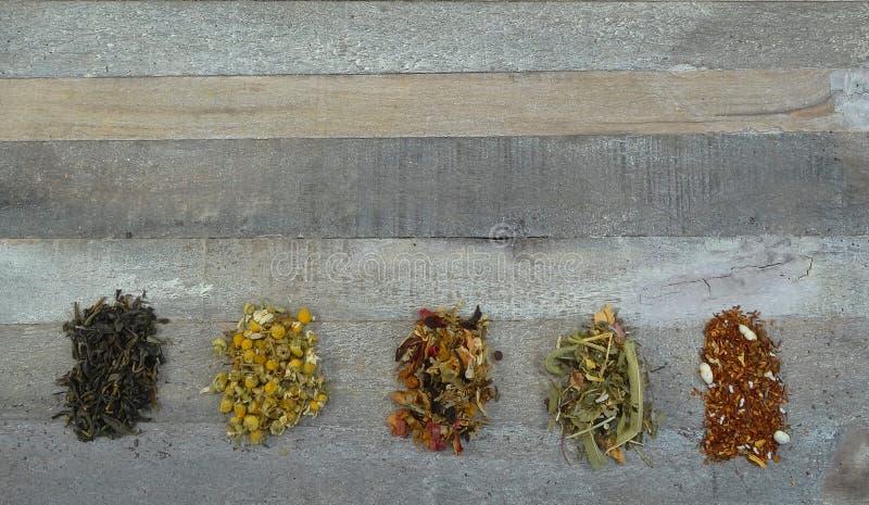 Herbaciany luźny asortyment przy drewnianym tłem, healty/ obraz royalty free