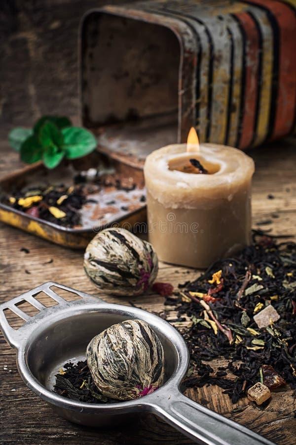 Herbaciany parzenie z wapnem i mennicą na drewnianym tle zdjęcie royalty free